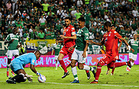PALMIRA - COLOMBIA, 28-10-2017: Jefferson Duque (#9) del Deportivo Cali disputa el balón con Carlos Bejarano (Izq) arquero de América de Cali durante partido por la fecha 17 de la Liga Águila II 2017 jugado en el estadio Palmaseca de Cali. / Jefferson Duque (R) player of Deportivo Cali fights for the ball with Carlos Bejarano (L) goalkeeper of America de Cali during match for the date 17 of the Aguila League II 2017 played at Palmaseca stadium in Cali.  Photo: VizzorImage/ Nelson Rios / Cont