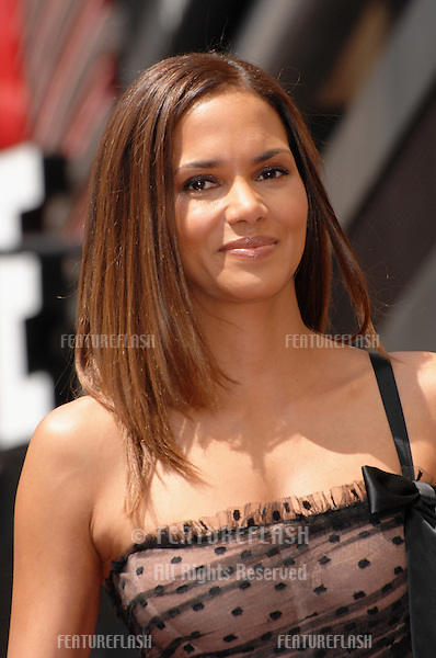Halle Berry on Hollywood Boulevard where she was honored with the 2,333rd star on the Hollywood Walk of Fame..April 3, 2007  Los Angeles, CA.Picture: Paul Smith / Featureflash