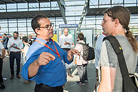 """Quatlitaetsoffensive """"S-Bahn PLUS"""" der Berliner S-Bahn.<br /> Die Berliner DB-Fuehrungsmannschaft stellte sich am Dienstag den 7. August 2018 auf dem S-Bahnhof Suedkreuz den Fragen und Anregungen ihrer Fahrgaeste. Dabei kamen von den Fahrgaesten Zugausfaelle, Verspaetungen, mangelnder Schienenersatzverkehr und schlechte Kommunikation zur Sprache. DB-Mitarbeiter fuehrten lange Gespraeche und mussten sich zum Teil auch harsche Kritik anhoeren.<br /> Peter Buchner, Vorsitzender der Geschaeftsfuehrung der S-Bahn Berlin und Alexander Kaczmarek, Konzernbevollmaechtigter der Deutschen Bahn fuer Berlin und Brandenburg, informierten zudem Fahrgaeste ueber das Program der Quatlitaetsoffensive """"S-Bahn PLUS"""". Sie wollen bis zum 21. August 2018 an fuenf grossen Bahnhoefen in Berlin und Potsdam mit den Fahrgaesten ins Gespraech kommen.<br /> Im Bild: Peter Buchner, links, im Gespraech mit einem Fahrgast.<br /> 7.8.2018, Berlin<br /> Copyright: Christian-Ditsch.de<br /> [Inhaltsveraendernde Manipulation des Fotos nur nach ausdruecklicher Genehmigung des Fotografen. Vereinbarungen ueber Abtretung von Persoenlichkeitsrechten/Model Release der abgebildeten Person/Personen liegen nicht vor. NO MODEL RELEASE! Nur fuer Redaktionelle Zwecke. Don't publish without copyright Christian-Ditsch.de, Veroeffentlichung nur mit Fotografennennung, sowie gegen Honorar, MwSt. und Beleg. Konto: I N G - D i B a, IBAN DE58500105175400192269, BIC INGDDEFFXXX, Kontakt: post@christian-ditsch.de<br /> Bei der Bearbeitung der Dateiinformationen darf die Urheberkennzeichnung in den EXIF- und  IPTC-Daten nicht entfernt werden, diese sind in digitalen Medien nach §95c UrhG rechtlich geschuetzt. Der Urhebervermerk wird gemaess §13 UrhG verlangt.]"""