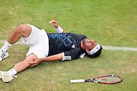 17-6-09, Rosmalen, Tennis, Ordina Open 2009, Marcus Baghdatis grijpt schreeuwend van pijn naar zijn knie en moet de baan met een brancard verlaten