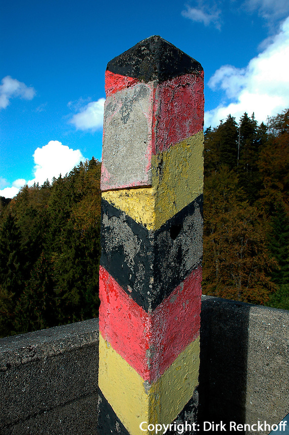 Deutschland, Niedersachsen,  alter DDR-Grenzpfahl beim Ecker-Stausee im Harz