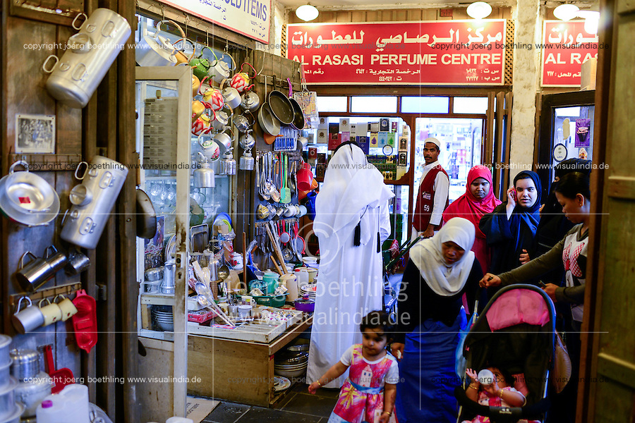QATAR, Doha, Souq Waqif, qatari woman with house maid from foreign countries / KATAR, Doha, Basar Souk Wakif, qatarische Frau mit asiatischem Kindermaedchen