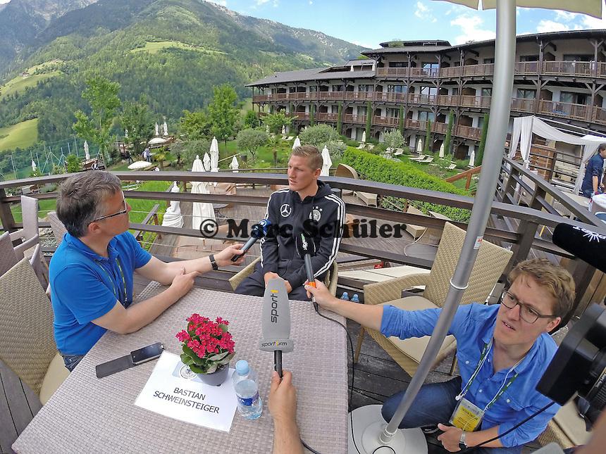 Bastian Schweinsteiger im Fokus der Medien - Media Day der Deutschen Nationalmannschaft zur WM-Vorbereitung in St. Martin
