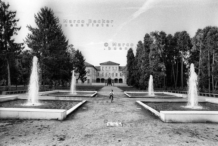 Milano, quartiere Quarto Oggiaro - Vialba, periferia nord. Villa Scheibler (appena ristrutturata) e il parco --- Milan, Quarto Oggiaro - Vialba district, north periphery. Villa Scheibler (just restored) and the park