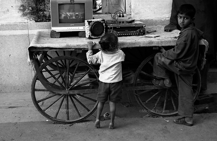 11.2010 Pushkar (Rajasthan)<br /> <br /> Children watching tv in the street.<br /> <br /> Enfants regardant la t&eacute;l&eacute; dans la rue.