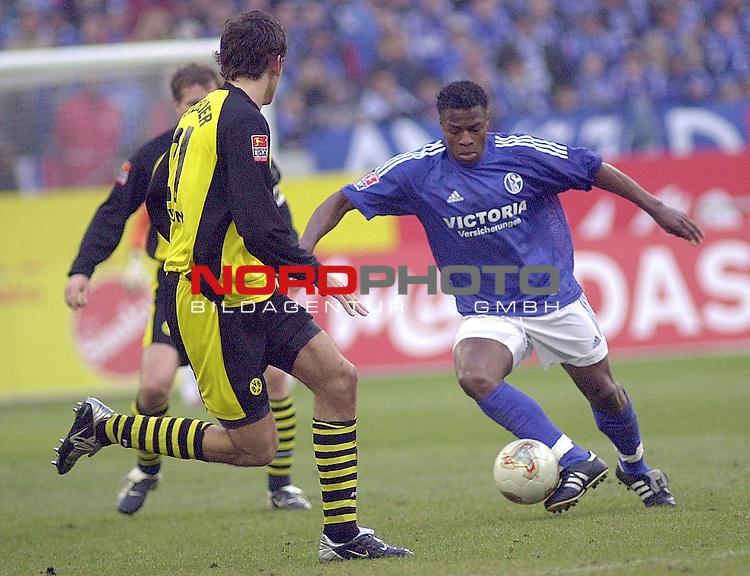 BL 2002/2003 - 22. Spieltag<br /> Schalke 04 vs. Borussia Dortmund 2:2<br /> Emile Mpenza (rechts) von Schalke 04 im Zweikampf mit Christoph Metzelder (links) von Borussia Dortmund.<br /> Foto &copy; nordphoto <br /> <br />  *** Local Caption *** Foto ist honorarpflichtig! zzgl. gesetzl. MwSt.<br />  Belegexemplar erforderlich<br /> Adresse: nordphoto<br /> Georg-Reinke-Strasse 1<br /> 49377 Vechta