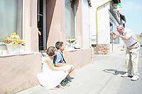 Monroe Kahn fotografiert seine Enkel Mirena und Evan vor dem Geburtshaus seines Großvaters in Trebur-Geinsheim - Stolpersteinverlegung in Geinsheim