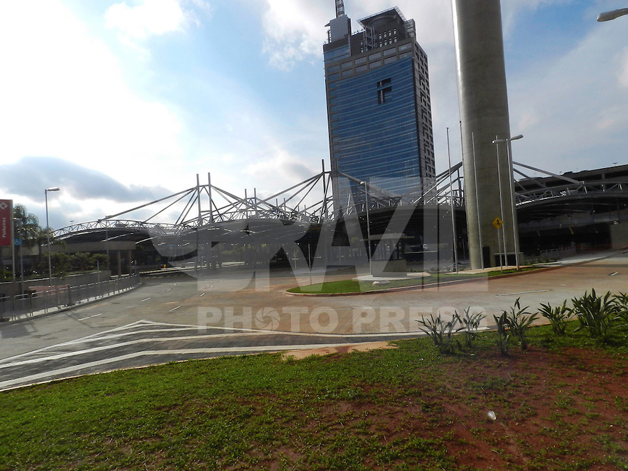 SÃO PAULO - SP - 25 DE MARÇO 2013. TERMINAL DE ÔNIBUS PINHEIROS - Inaugurado em 28 de dezembro de 2011, pelo ex-prefeito de São Paulo, Gilberto Kassab, o terminal de ônibus de Pinheiros Vitor Civita, na zona oeste de São Paulo, ainda não começou a funcionar. O terminal fará a integração com a linha 4-Amarela do Metrô e com os trens da Companhia Paulista de Trens Metropolitanos (CPTM). São seis plataformas com linhas municipais e intermunicipais que vão transportar 120 mil passageiros por dia no horário de pico. FOTO: MAURICIO CAMARGO / BRAZIL PHOTO PRESS