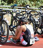 Charlotte Lang wechselt auf die Laufstrecke und zieht Schuhe an - Mörfelden-Walldorf 15.07.2018: 10. MöWathlon
