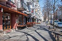 """Auswirkungen der Corona-Krise.<br /> Im Bild: Geschlossene Kneipen und Strassencafes in der Simon-Dachstrasse in Berlin-Friedrichshain. In der Gegend war vor der Corona-Krise von tausenden Touristen, welche mit """"gefuehrten Kneipentrinktouren"""" und """"Junggesellenabschieden"""" durch die Strassen zogen. Seitdem es Ausgangsbeschraenkungen gibt und die Kneipen und Cafes geschlossen sein muessen herrscht hier Ruhe.<br /> 26.3.2020, Berlin<br /> Copyright: Christian-Ditsch.de<br /> [NUR FUER REDAKTIONELLE ZWECKE! Werbung nur auf Anfrage beim Fotografen. Inhaltsveraendernde Manipulation des Fotos nur nach ausdruecklicher Genehmigung des Fotografen. Vereinbarungen ueber Abtretung von Persoenlichkeitsrechten/Model Release der abgebildeten Person/Personen liegen nicht vor. NO MODEL RELEASE! Don't publish without copyright Christian-Ditsch.de, Veroeffentlichung nur mit Fotografennennung, sowie gegen Honorar, MwSt. und Beleg. Konto: I N G - D i B a, IBAN DE58500105175400192269, BIC INGDDEFFXXX, Kontakt: post@christian-ditsch.de<br /> Bei der Bearbeitung der Dateiinformationen darf die Urheberkennzeichnung in den EXIF- und  IPTC-Daten nicht entfernt werden, diese sind in digitalen Medien nach §95c UrhG rechtlich geschuetzt. Der Urhebervermerk wird gemaess §13 UrhG verlangt.]"""