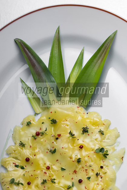 France, Paris (75), Les aliments anti-cancer de Richard Béliveau cuisinés par  Alain Passard, restaurant trois étoiles L'Arpège - Carpaccio d'ananas acidulé à l'huile d'olive, miel , baies roses et thym  //  France, Paris, Richard Béliveau , anti-cancer foods cooked  by Alain Passard, three-star restaurant L'Arpège - Acidulous pineapple carpaccio with olive oil, honey, thyme and pink berries