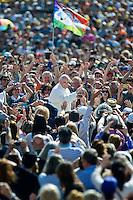 Papa Francesco saluta fedeli in Piazza San Pietro al termine della Udienza Generale.