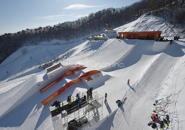 Snowboarders training in the slopestyle track of the Olympic Snowboard Phoenix Snow Park in Pyeongchang, South Korea, 07 February 2018. The Pyeongchang 2018 Winter Olympics take place between 09 and 25 February. Photo: Angelika Warmuth/dpa /MediaPunch ***FOR USA ONLY***