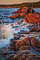 Brytande hvasvågor vid klipporna vid Kapplasse naturreservat i norra Uppland