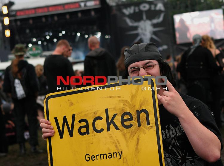 Wacken Heavy Metal Festival 2008<br /> <br /> 2.Tag beim Wacken Festival. Heute regnet es, was der Stimmungen keinen Abbruch tut, im Gegenteil. Ein Dorf steht Kopf. An diesem Wochenende ist Wacken Mittelpunkt der Heavy Metal Szene in ganz Europa.<br /> <br /> <br /> Foto &copy; nph (nordphoto)<br /> <br /> *** Local Caption ***