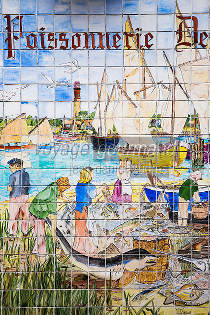 France, Gironde (33),Bassin d'Arcachon, Arcachon:  Poissonnerie de l'Aiguillon , Détail enseigne  //  France, Gironde, Bassin d'Arcachon, Arcachon:  Fish of Aiguillon, retail brand