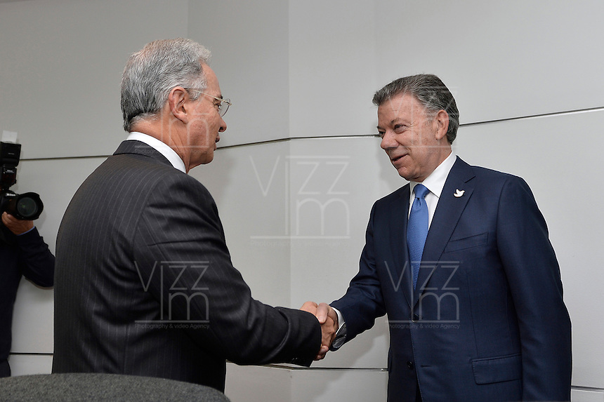 BOGOTA - COLOMBIA, 05-10-2016 Juan Manuel Santos, Presidente de Colombia recibe al expresidente de Colombia Alvaro Uribe para encontrar una salida al proceso de paz después de la derrota del plebiscito que buscaba el aval de los colombiano al acuerdo de paz fiirmado entre el Gobierno de Colombia y las FARC-EP para poner fin al conflicto armado en Colombia. / Juan Manuel Santos, President of Colombia, receives to the former president of Colombia Alvaro Uribe to find an exit of the peace process after of the defeat of plebiscite that was searching the approve of the Colombians of the peace agreement signed between Colombia Government and left guerrillas of FARC_EP to give the end of the armed conflict in Colombia. Photo: VizzorImage /  César Carrión - SIG / HANDOUT PICTURE; MANDATORY EDITORIAL USE ONLY/ NO MARKETING, NO SALES