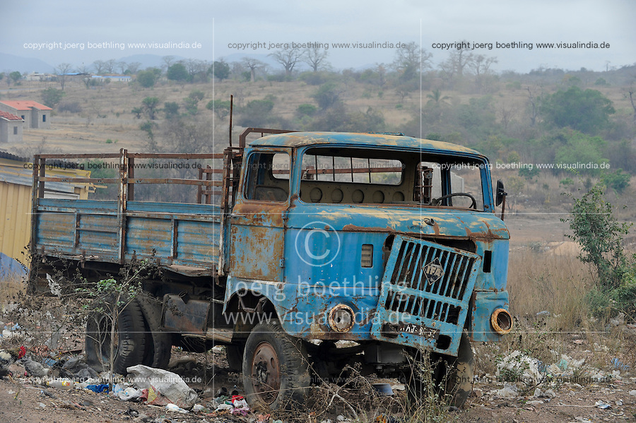ANGOLA road to Calulo, old east german truck IFA W50 which was from GDR German Democratic Republic supplied as development aid to Angola in the 80s / ANGOLA Strasse nach Calulo, alter ostdeutscher Lastwagen IFA W50, wurden als DDR Entwicklungshilfe in der 80ern nach Angola geliefert, IFA Industrieverbands Fahrzeugbau Ludwigsfelde