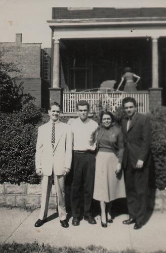 «Belkiss Adrover de Cibrán y sus sobrinos Ivanhoe, Gonzalo y Neil. New York, 1952»