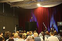 Publikum im Theater des Vereins Sechzig90 wartet auf Rene Marik