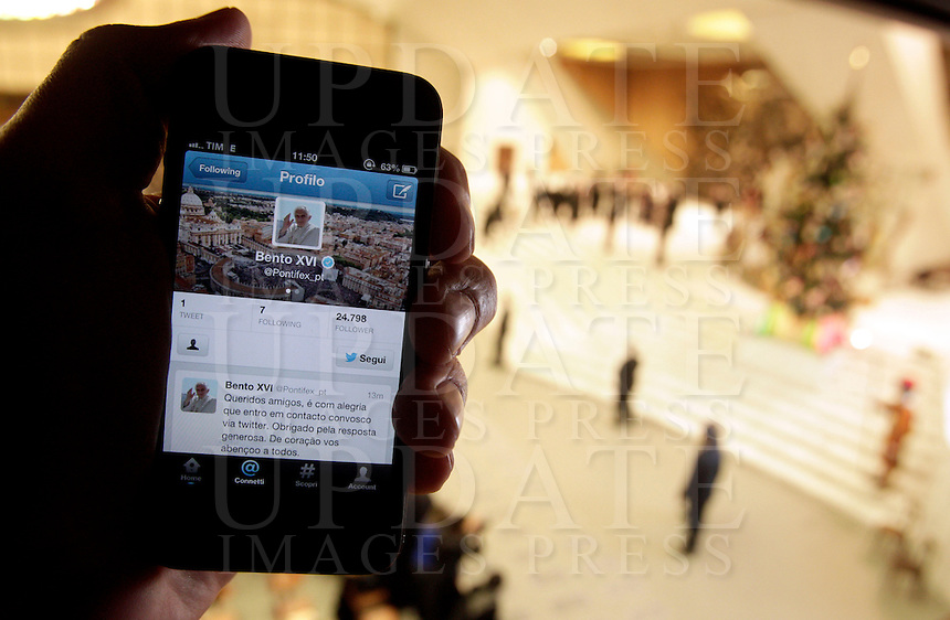 """Uno smartphone con il primo """"tweet"""" in lingua portoghese di Papa Benedetto XVI su Twitter, durante l'udienza settimanale del mercoledi' in Aula Paolo VI, Citta' del Vaticano, 12 dicembre 2012..A smartphone showing Pope Benedict XVI's first """"tweet"""" in Portuguese on the social network Twitter is seen during the weekly general audience in the Paul VI hall at the Vatican, 12 December 2012..UPDATE IMAGES PRESS/Riccardo De Luca"""