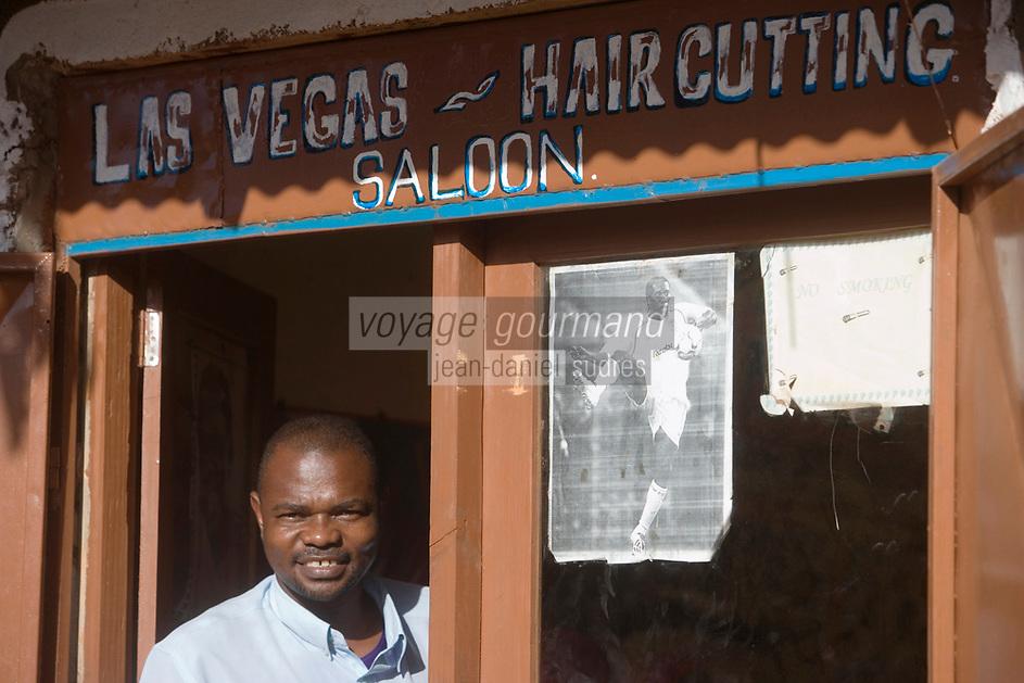 Afrique/Afrique de l'Est/Tanzanie/Zanzibar/Ile Unguja/Makunduchi: scenes de vie au village - chez le coiffeur