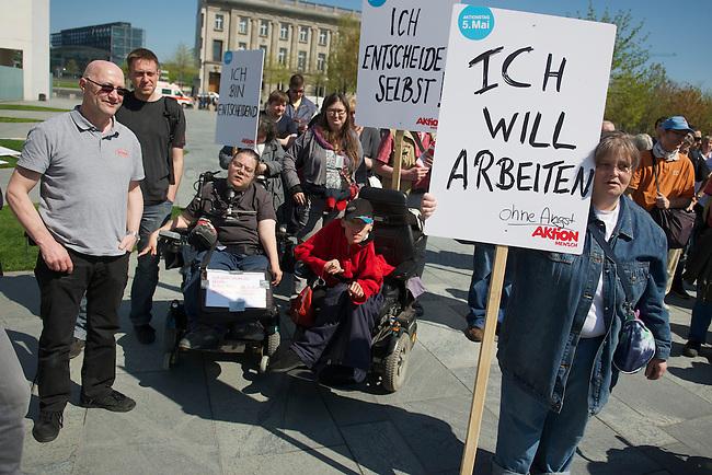 Protestveranstaltung am Vortag des Europaeischen Protesttag fuer die Gleichstellung von Menschen mit Behinderungen am 4. Mai 2013 in Berlin unter dem Motto &quot;Ich bin entscheidend&quot;.<br />Die Demonstrationsteilnehmer forderten u.a. die bislang von der Bundesregierung nicht umgesetzte Umsetzung der UN-Behindertenrechtskonvention, sowie ein selbstbestimmtes Leben ohne Barrieren und echte Inklusion. Keine Unterbringung in Heimen und gemeinsames Leben, Lernen und<br />Arbeiten von Menschen mit und ohne Behinderung.<br />Zu der Demonstration aufgerufen hatten u.a. der Berliner Behindertenverband, der Sozialverband Deutschland, die Bundesinitiative &quot;Daheim statt Heim&quot; und die Aktion Mensch. <br />4.5.2013, Berlin<br />Copyright: Christian-Ditsch.de<br />[Inhaltsveraendernde Manipulation des Fotos nur nach ausdruecklicher Genehmigung des Fotografen. Vereinbarungen ueber Abtretung von Persoenlichkeitsrechten/Model Release der abgebildeten Person/Personen liegen nicht vor. NO MODEL RELEASE! Don't publish without copyright Christian-Ditsch.de, Veroeffentlichung nur mit Fotografennennung, sowie gegen Honorar, MwSt. und Beleg. Konto:, I N G - D i B a, IBAN DE58500105175400192269, BIC INGDDEFFXXX, Kontakt: post@christian-ditsch.de<br />Urhebervermerk wird gemaess Paragraph 13 UHG verlangt.]