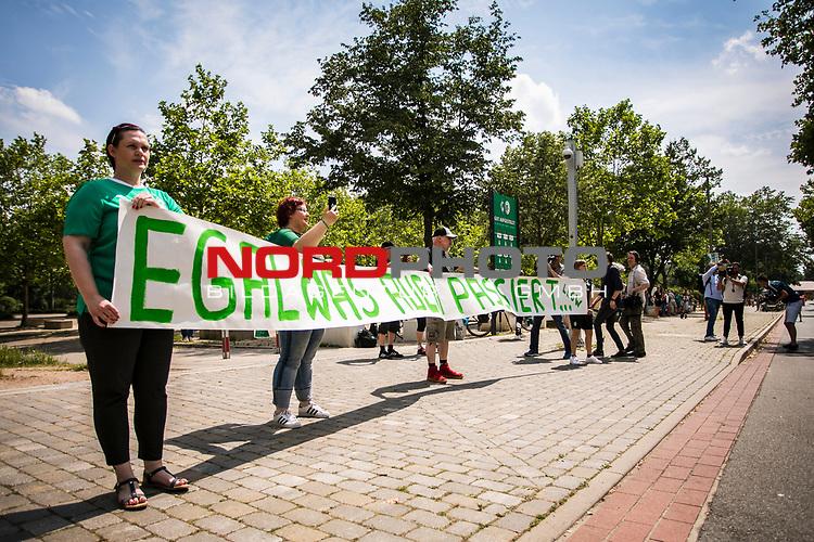 """Werder Fans / Empfang Mannschaftsbus mit Banner """"Egal was auch passiert"""",<br /> <br /> <br /> Sport: nphgm001: Fussball: 1. Bundesliga: Saison 19/20: 34. Spieltag: SV Werder Bremen vs 1.FC Koeln 27.06.2020 <br /> <br /> Foto: Rauch/gumzmedia/nordphoto<br /> <br /> EDITORIAL USE ONLY"""