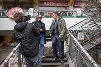 """Dreharbeiten der Partei Buendnis 90/Die Gruenen am Mittwoch den 22. Maerz 2017 in Berlin-Kreuzberg mit den Bundesvorsitzenden Cem Oezdemir fuer einen Film gegen das Erdogan-Referendum. In dem Film ruft Oezdemir auf Deutsch und Tuerkisch dazu auf mit """"Nein"""" (tuerk. """"Hayir"""") zu stimmen.<br /> Der tuerkische Staatspraesident Recep Tayyip Erdogan laesst am 16. April 2017 in einem Referendum ueber die Einfuehrung eines Praesidialsystem abstimmen. Kritiker befuerchten die Einfuehrung einer Diktatur.<br /> Im Bild vlnr.: Der tuerkischstaemmigen Sozialarbeiter und Cafe-Besitzer Ercan Yasaroglu zusammen mit Cem Oezdemir bei den Dreharbeiten am Kottbusser Tor.<br /> 22.3.2017, Berlin<br /> Copyright: Christian-Ditsch.de<br /> [Inhaltsveraendernde Manipulation des Fotos nur nach ausdruecklicher Genehmigung des Fotografen. Vereinbarungen ueber Abtretung von Persoenlichkeitsrechten/Model Release der abgebildeten Person/Personen liegen nicht vor. NO MODEL RELEASE! Nur fuer Redaktionelle Zwecke. Don't publish without copyright Christian-Ditsch.de, Veroeffentlichung nur mit Fotografennennung, sowie gegen Honorar, MwSt. und Beleg. Konto: I N G - D i B a, IBAN DE58500105175400192269, BIC INGDDEFFXXX, Kontakt: post@christian-ditsch.de<br /> Bei der Bearbeitung der Dateiinformationen darf die Urheberkennzeichnung in den EXIF- und  IPTC-Daten nicht entfernt werden, diese sind in digitalen Medien nach §95c UrhG rechtlich geschuetzt. Der Urhebervermerk wird gemaess §13 UrhG verlangt.]"""