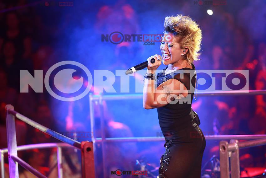 La cantante rockera mexicana de 47 años de edad , Alejandra Guzman, durante la madrugada de su concierto en el Palenque de la Expo Ganadera de Sonora 2015.