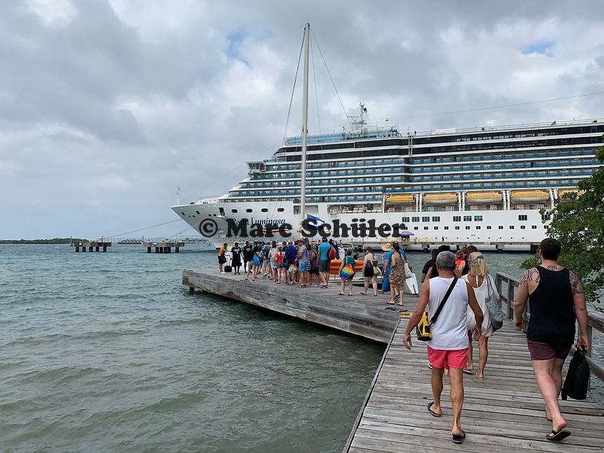 Costa Luminosa am Hafen Mahogany Bay auf Roatan mit Strandclub und Seilbahn - 01.02.2020: Roatan mit der Costa Luminosa