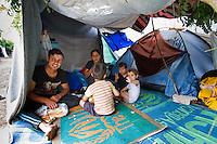 SERBIEN, 08.2016, Kelebija. Internationale Fluechtlingskrise: An der mit Zaeunen abgesperrten ungarischen Grenze stauen sich Fluechtlinge und Migranten. Sie bitten meist vergebens um Einlass in die  Asyl- und Transitzonen (blaue Container). So haben sich auf serbischer Seite provisorische Lager mit sehr schlechten Bedingungen gebildet. | International refugee crisis: Refugees and migrants have been piling up at the fenced-off Hungarian border. They are waiting for entrance into the asylum and transit zones (blue containers), mostly in vain. Thus provisional camps have emerged on the Serbian side with very bad conditions. In the picture Sarkad Kere,Kolestan Kalo,Sarkadl Sarkad,Slfana Sarkad és Slfer Sarkad.<br /> © Szilard Vörös/EST&OST