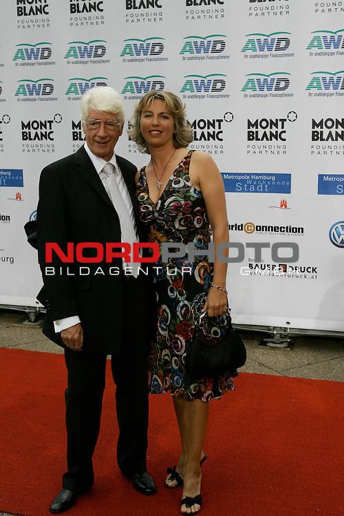 WOMENīS WORLD AWARDS<br /> <br /> Friedens-Nobelpreistr&scaron;ger Michail Gorbatschow, der Pr&scaron;sident der World Awards, im Congress Centrum Hamburg (CCH) zum ersten Mal weibliche PersŲnlichkeiten auszeichnen, die unsere Welt ver&scaron;nderten.<br /> Roter Teppich Rudi Carell mit Frau <br /> Foto &copy; nordphoto/ Anja Heinemann<br /> <br /> <br /> <br /> <br /> <br /> <br /> <br />  *** Local Caption *** Foto ist honorarpflichtig! zzgl. gesetzl. MwSt.<br /> <br />  Belegexemplar erforderlich<br /> <br /> Adresse: nordphoto<br /> <br /> Georg-Reinke-Strasse 1<br /> <br /> 49377 Vechta
