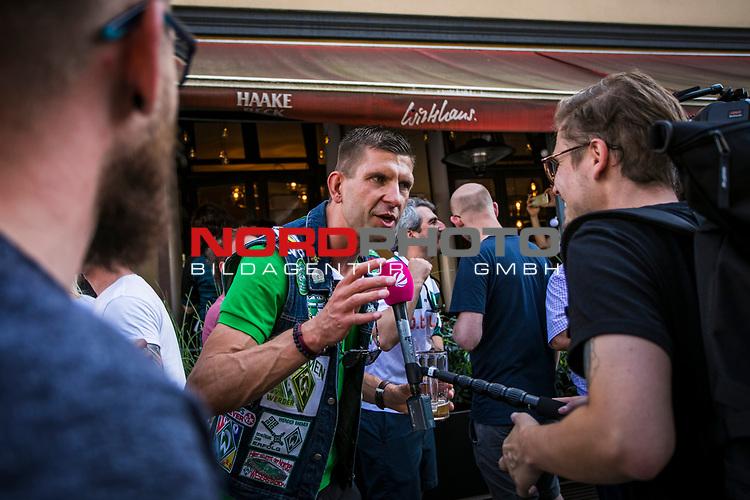 im Bild: Jubel / im Viertel in und um die Gaststätte Wirtshaus feiern Fans des SV Werder das Erreichen der Relegation und geben TV Intervies, <br /><br /><br />Sport: nphgm001: Fussball: 1. Bundesliga: Saison 19/20: 34. Spieltag: SV Werder Bremen vs 1.FC Koeln 27.06.2020 <br /><br />Foto: Rauch/gumzmedia/nordphoto<br /><br />EDITORIAL USE ONLY