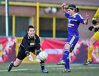 Waasland Beveren Sinaai Girls - RSC Anderlecht : Anke Langeraert plukt de bal voor Annelies Van Loock.foto DAVID CATRY / Nikonpro.be