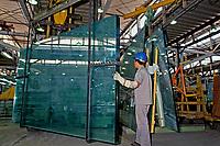 Indústria de vidro laminado, São Paulo. 1990. Foto de Juca Martins.