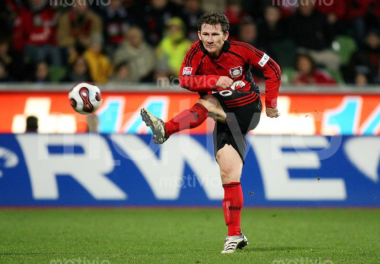 Fussball  1. Bundesliga  Saison 2006/2007 Paul FREIER (Bayer 04 Leverkusen), Einzelaktion am Ball