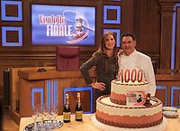La trasmissione Rai &quot; Verdetto Finale festeggia le sue 1000 puntate<br /> nella foto Veronica Maya con la torta e il pasticciere Salvatore de Riso