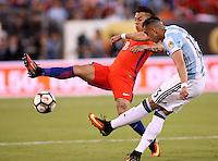 NEW JERSEY - UNITED STATES, 26-06-2016: Ramiro Funes Mori (Der) jugador de Argentina (ARG) disputa el balón con Eduardo Vargas (Izq) jugador de Chile (CHI) durante partido por la final de la Copa América Centenario USA 2016 jugado en el estadio Metlife en New Jersey, NJ, USA. /  Ramiro Funes Mori (R) player of Argentina (ARG) fights the ball with Eduardo Vargas (L) player of Chile (CHI) during match for the final of the Copa América Centenario USA 2016 played at Metlife stadium in New Jersey, NJ, USA. Photo: VizzorImage/ Luis Alvarez /Str