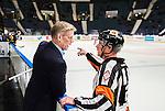 Stockholm 2014-10-14 Ishockey Hockeyallsvenskan AIK - Malm&ouml; Redhawks :  <br /> AIK:s tr&auml;nare Peter Gradin diskuterar med domare Daniel Winge efter den andra perioden<br /> (Foto: Kenta J&ouml;nsson) Nyckelord:  AIK Gnaget Hockeyallsvenskan Allsvenskan Hovet Johanneshov Isstadion Malm&ouml; Redhawks diskutera argumentera diskussion argumentation argument discuss tr&auml;nare manager coach domare referee ref