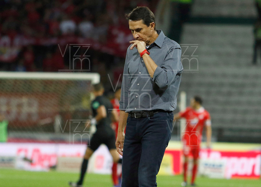 MANIZALES - COLOMBIA, 31-08-2019: Alexandre Guimarães técnico del America gesticula durante partido por la fecha 9 de la Liga Águila II 2019 entre Once Caldas y América de Cali jugado en el estadio Palogrande de la ciudad de Manizalez. / Alexandre Guimarães coach of America gestures during match for the date 9 of the Liga Aguila II 2019 between Once Caldas and America de Cali played at the Palogrande stadium in Manizales city. Photo: VizzorImage / Santiago Osorio / Cont