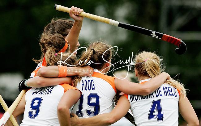 AMSTELVEEN - Vreugde bij Oranje nadat Ellen Hoog de stand op 3-1 heeft gebracht, zondag tijdens de wedstrijd Nederland-Duitsland (3-1) om de Rabo Champions Trophy 2006 in Amstelveen. ANP PHOTO KOEN SUYK