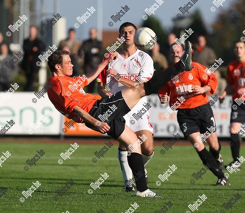 2008-10-19 / Voetbal / KFC Duffel - Grimbergen / Bart Vergeylen (Duffel) kijkt toe hoe Jeroen Peeters de bal uit het strafschopgebied ontzet..Foto: Maarten Straetemans (SMB)