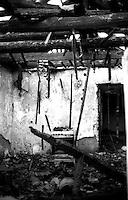 Kosovo   Novembre 2000.Il villaggio di Firaia abitato da 20 famiglie rom e bruciato dagli albanesi..