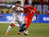 CHICAGO - UNITED STATES, 22-06-2016: Jeison Murillo  (Izq) jugador de Colombia (COL) disputa el balón con Eduardo Vargas  (Der.) jugador de Chile (CHI) durante partido porla semifinal  entre Colombia (COL) y Chile (CHI)  por la Copa América Centenario USA 2016 jugado en el estadio Soldier Field en Chicago, USA.  / Jeison Murillo  (R) player of Colombia (COL) fights the ball with Eduardo Vargas  (R) player of Chile  (CHI) during a match for the quarter of finals between Colombia (COL) and Chile  (CHI) for the Copa América Centenario USA 2016 played at Soldier Field  stadium in Chicago, USA. Photo: VizzorImage/ Luis Alvarez /Cont.