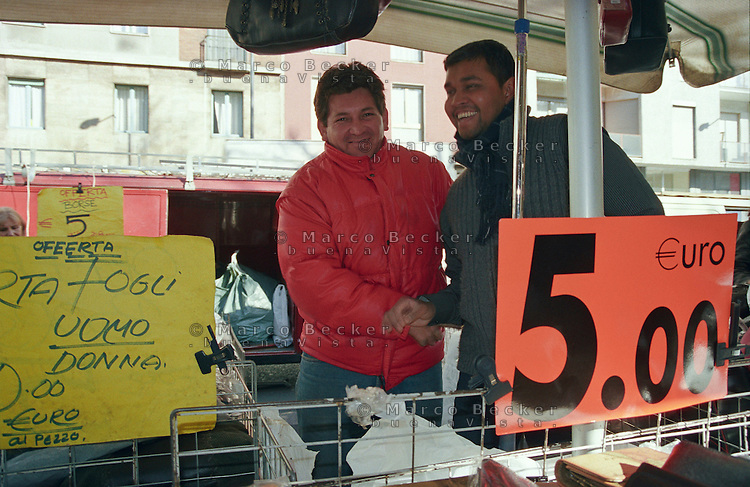 Milano, mercato rionale di viale Papiniano. Venditori immigrati asiatici --- Milan, local market in Papiniano street. Asian Immigrants sellers