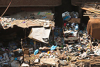 2011 Mokattam Garbage City (alla periferia del Cairo) il quartiere copto dove si vive in mezzo alla spazzatura raccolta: un furgoncino carico di spazzatura tra l' immondizia.The Coptic Cairo where people lives in the middle of the garbage collection: a van load of rubbish between the garbage.
