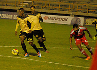 TUNJA - COLOMBIA -19 -11-2013: David Murillo (Der.) jugador de Patriotas FC disputa el balón con Fabio Rodriguez (Izq.) jugador de Itagüi, durante partido por la sextafecha  de la Liga Postobon I-2014, jugado en el estadio La Independencia de la ciudad de Tunja. / David Murillo (R) player  of Patriotas FC vies for the ball with Fabio Rodriguez (L) player of Itagüi during a match for the sixth date of the Liga Postobon I-2014 at the La Independencia  stadium in Tunjacity, Photo: VizzorImage  / Jose M. Palencia / Str. (Best quality available)