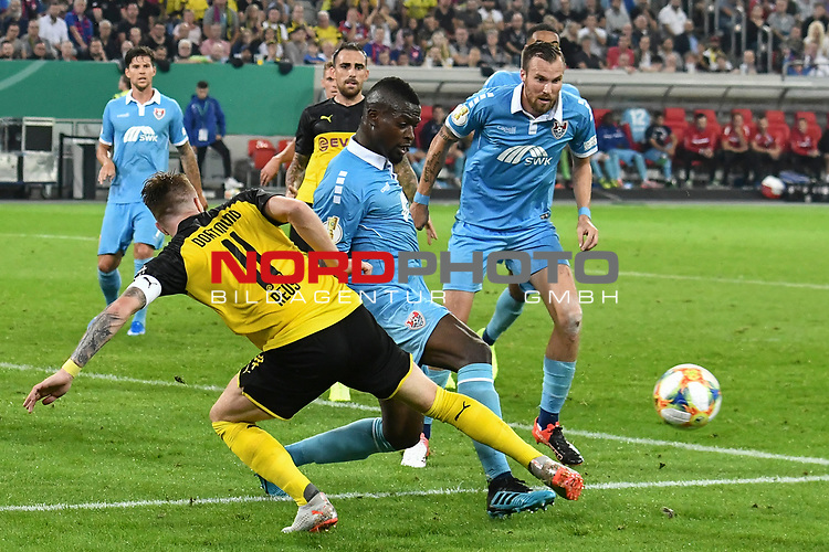 09.08.2019, Merkur Spiel-Arena, Duesseldorf, GER, DFB-Pokal, KFC Uerdingen 05 vs Borussia Dortmund , DFL regulations prohibit any use of photographs as image sequences and/or quasi-video<br /> <br /> im Bild Assani Lukimya (#5, KFC Uerdingen 05) vereitelt Torchance von Marco Reus (#11, Borussia Dortmund) <br /> <br /> Foto © nordphoto/Mauelshagen