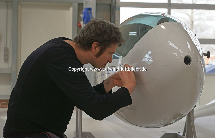 Thomas Sloot bei M und D Flugzeugbau: DEUTSCHLAND 01.04.2015: Thomas Sloot bei M und D Flugzeugbau, der Mann fuer Finish und Segelflugzeugbau.